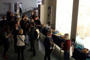 Teilnehmer*innen des histocamps 2015 in Mainz stehen am Buffet.