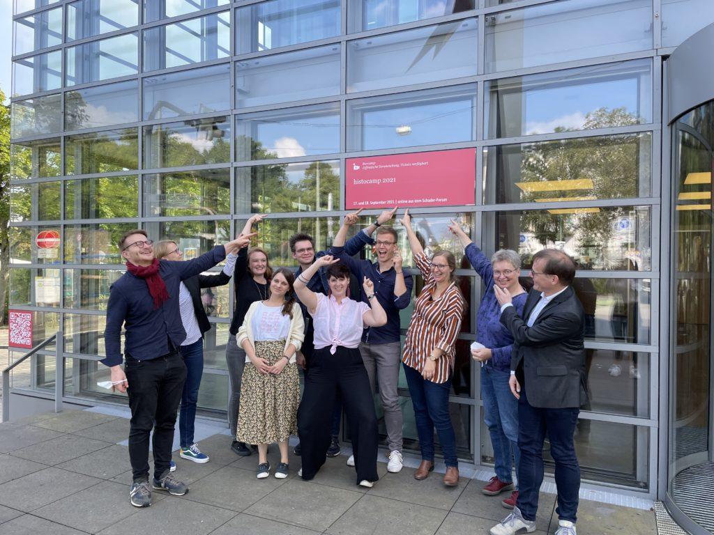Das Vor-Ort-Team vor dem Gebäude der Schader-Stiftung in Darmstadt.