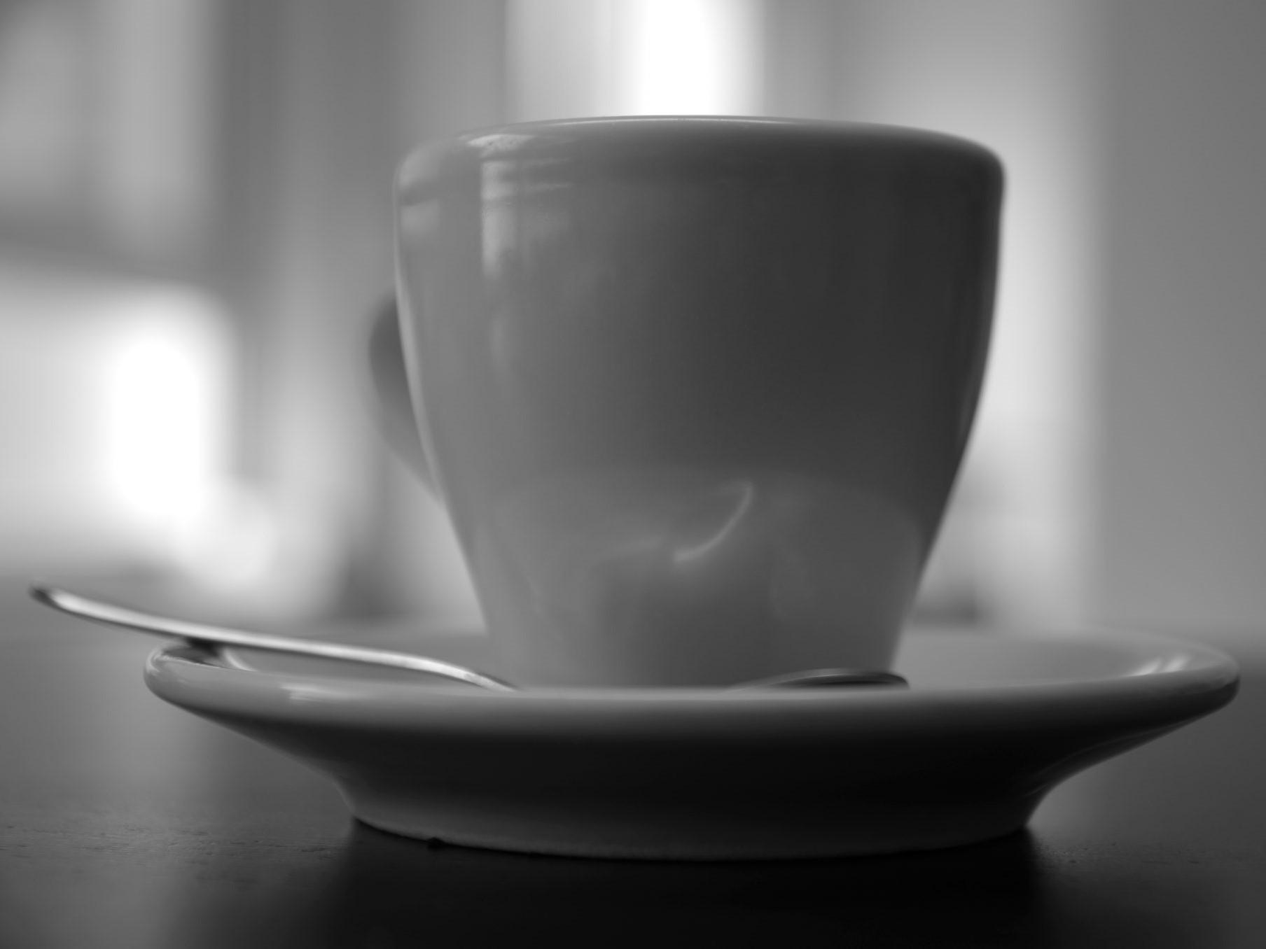 Kaffeetasse mit Untertasse und Löffel - s/w