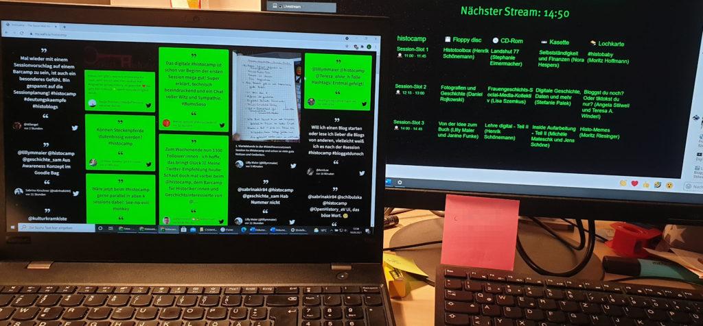 Zwei Bildschirme, die Inhalte des histocamps 2021 zeigen.